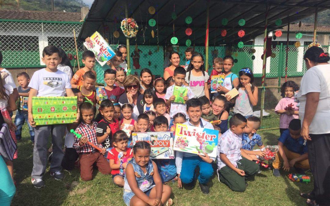 Fudehumanos Colombia con los niños y niñas de Ibagué en el 2018 celebrando la Navidad